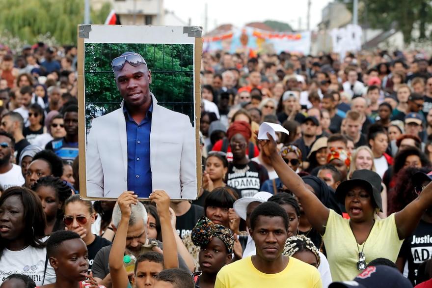 7794192410_environ-800-personnes-ont-marche-pour-demander-justice-pour-adama-traore-samedi-21-juillet